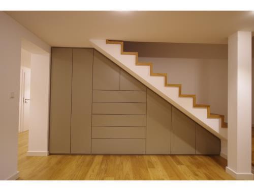 Armoire encastrée sous escalier