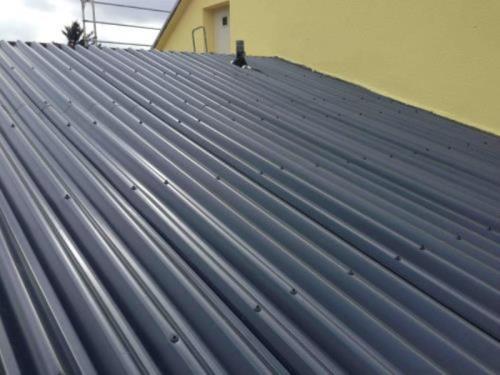 Toit de tôle en aluminium sur ancien toit en éternite