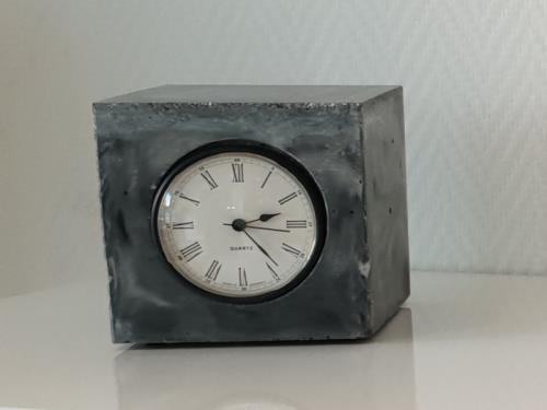 Horloge en béton - forme cube