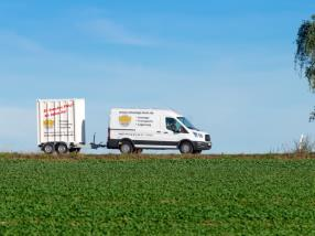 Lieferwagen und Anhänger