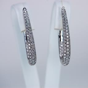 Boucles or blanc pavées de brillants de 0,95 carats.
