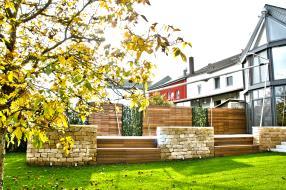 Terrasse bois, construction menuiserie, tout type de maçonnerie, claustra bois, illumination, panneaux végétalisés.