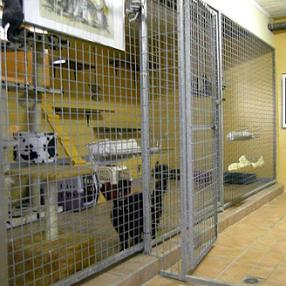 Grandes cages confortables à l'intérieur pour les chats