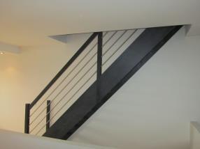 Escalier droit en Frêne avec marches de 40 mm d'épaisseur avec lisses aluminium.