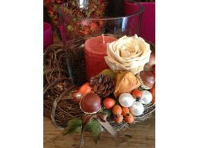 Bougie et rose stabilisée pour l'automne